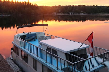 Lake Life Houseboat Rental, Lake of the Woods