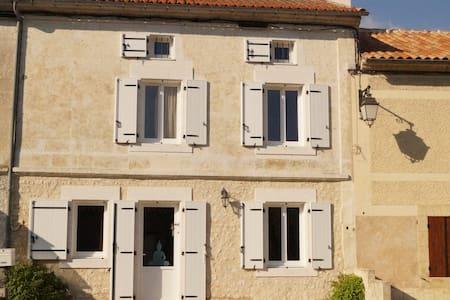 Jolie MAISON , rénovée,  avec petit jardin mitoyen - Combiers - Rumah