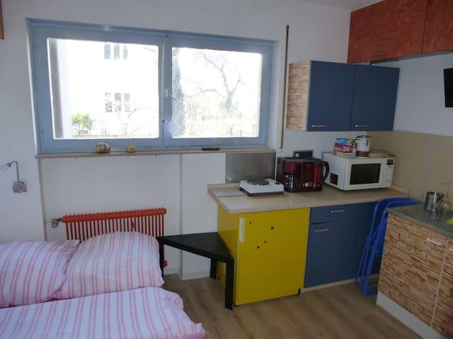 Kleines Zimmer mit Küche, eigenes Bad. Gute Lage
