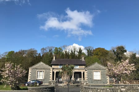 8 Bedroom Period House w Hot Tub, Bar and Woods