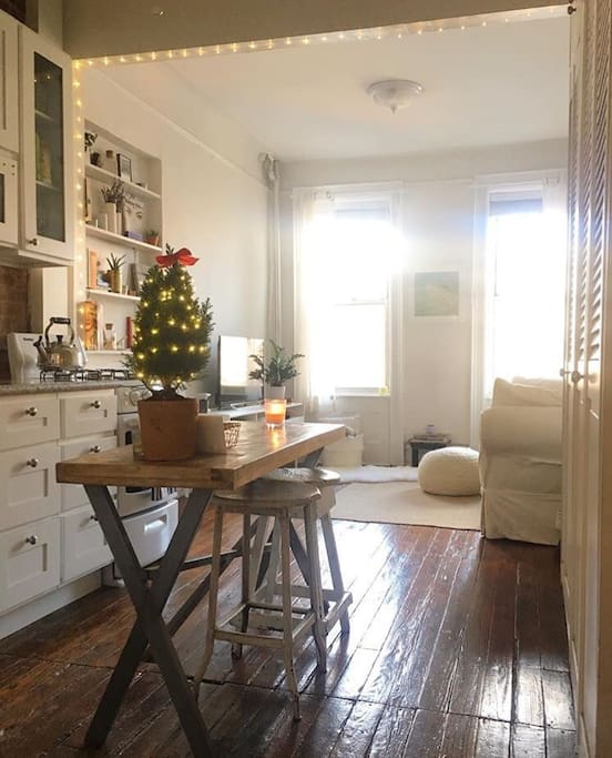 Fully equipped kitchen and cozy breakfast bench.
