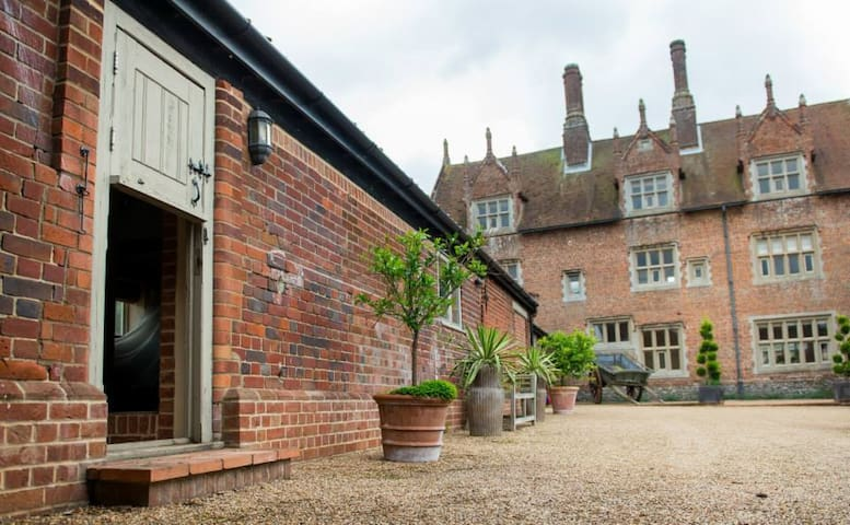 Cosy cottage - courtyard of historic Hautbois Hall