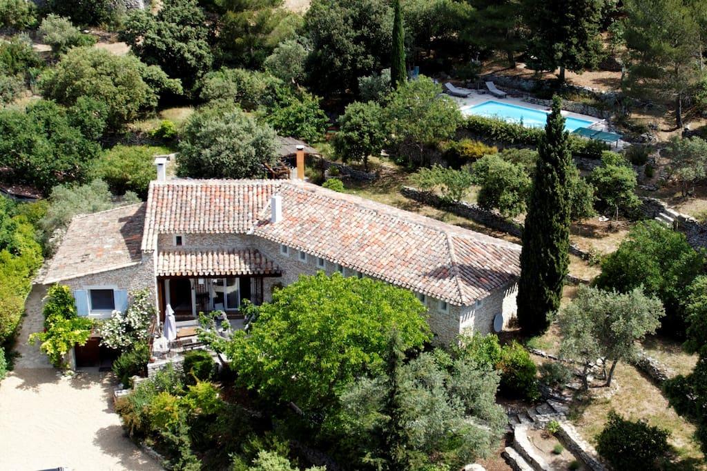 Vue aérienne de la maison Charm'In Provence Les Jardins de Sade à Saumane de Vaucluse