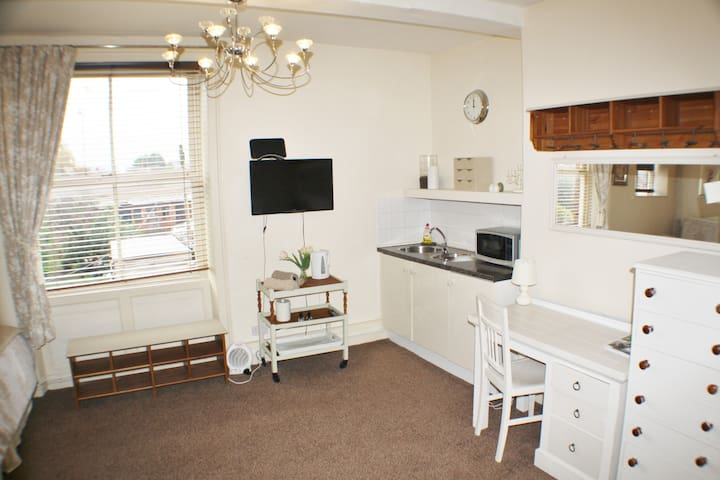 City Centre Separate Studio Apartment With Parking - Hereford - Apartamento