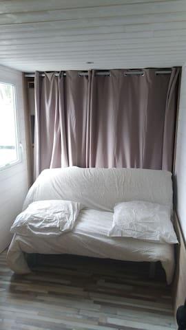 Canapé lit dans la chambre