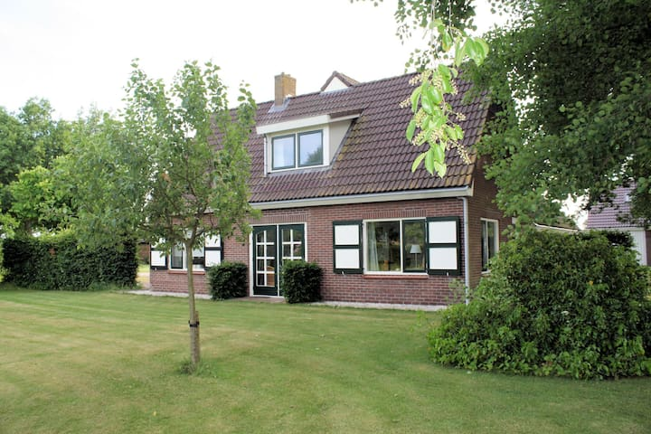 Detached atmospheric farmhouse with large garden and privacy near Dalfsen