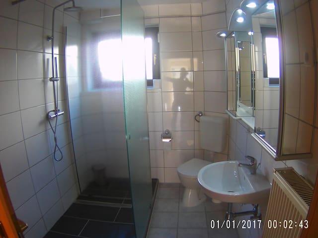 Kleines Bad mit großer Dusche