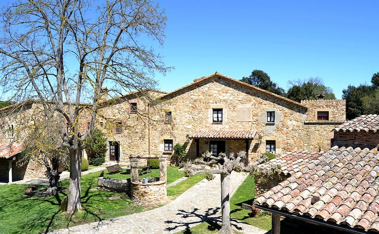 luxury and nature in a country house from s. XVI - Llagostera