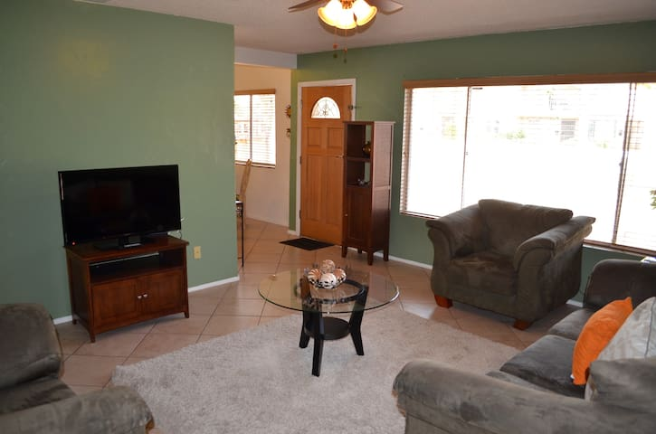 CLEAN SPACIOUS HOME WITH GREAT CENTRAL LOCATION! - Lemon Grove - Hus