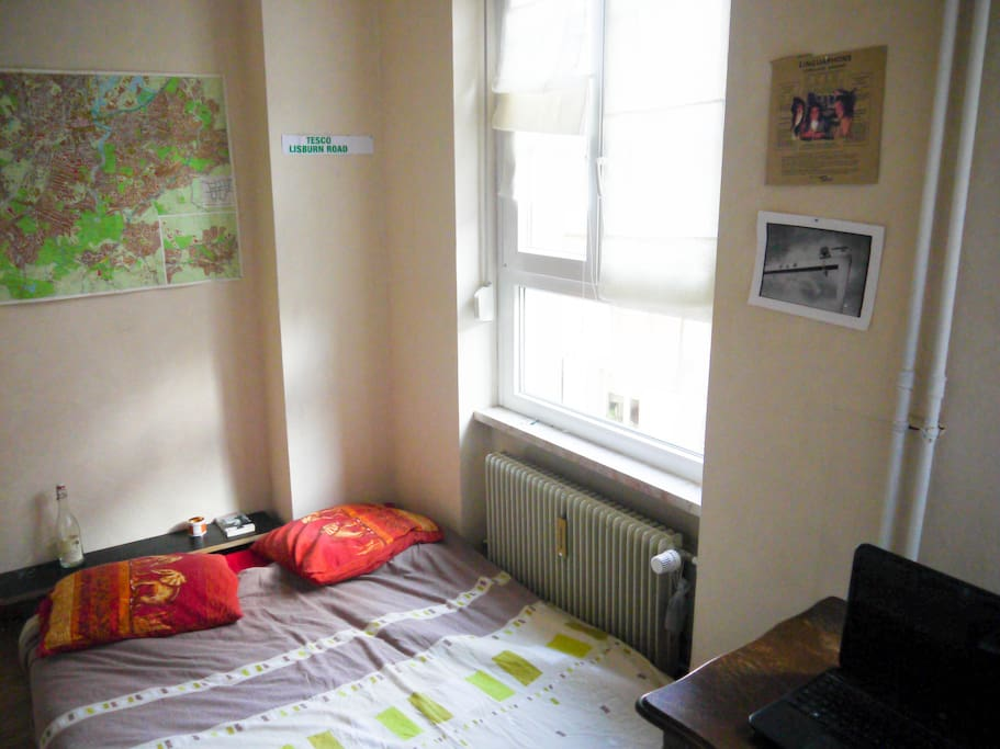 Une deuxième chambre, avec lit double, bureau, et très bien éclairée par deux fenêtres