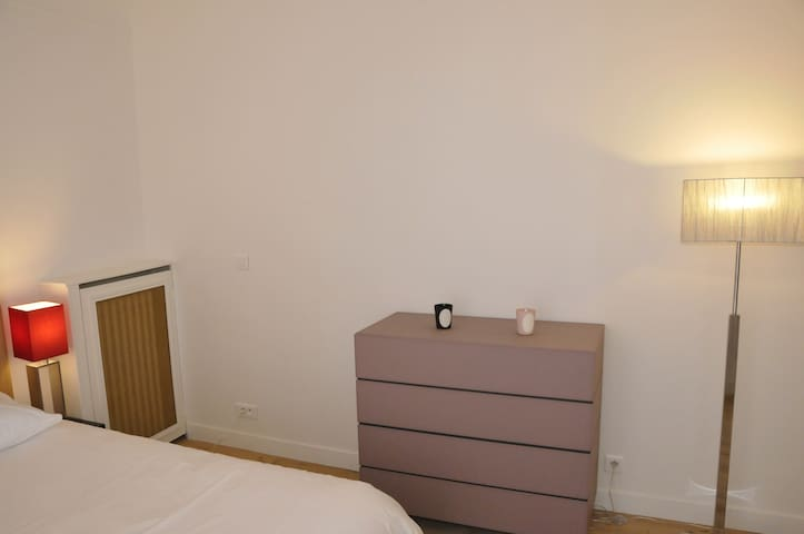 Chambre claire et calme donnant sur cour. Bright and quiet room overlooking the courtyard