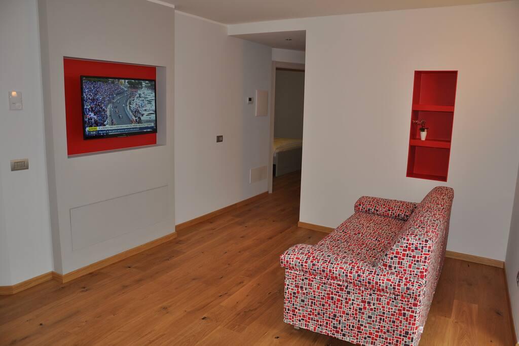 Soggiorno: divano-letto con tv orientabile