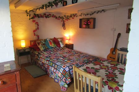 Quirky self contained en suite room in Nth Wales