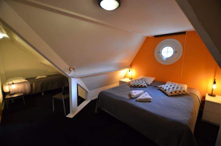 Big room with own bathroom at B&B De Hofnar