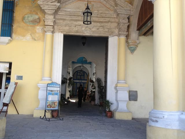 Building entrance / Entrada del Edificio