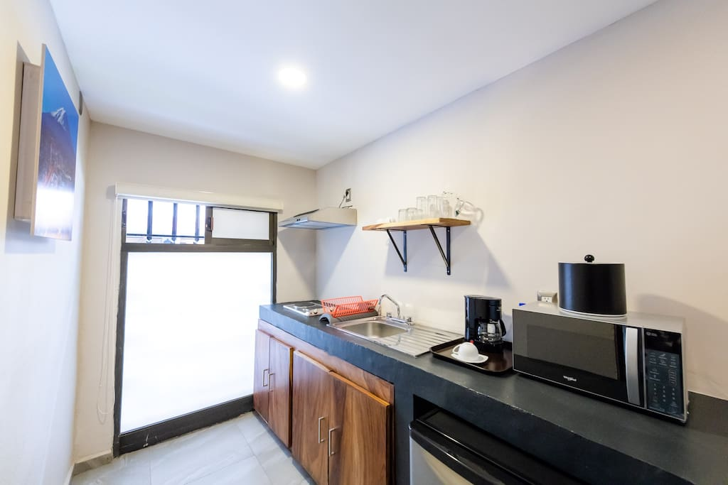 Cocineta equipada: Refrigerador, microondas, cafetera, tostador para pan, vajilla y cubiertos para 4 personas, bateria de cocina basica, ultencilios de cocina basicos, hielera, saca corchos.