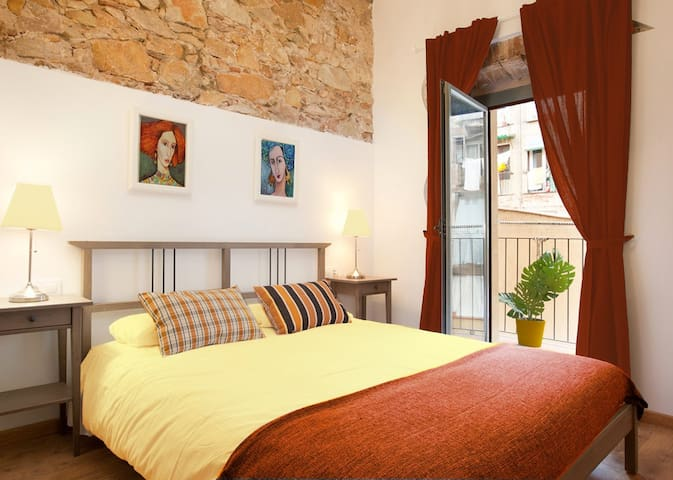 Heart of Barcelona - 1 bedrooms for 2 with balcony