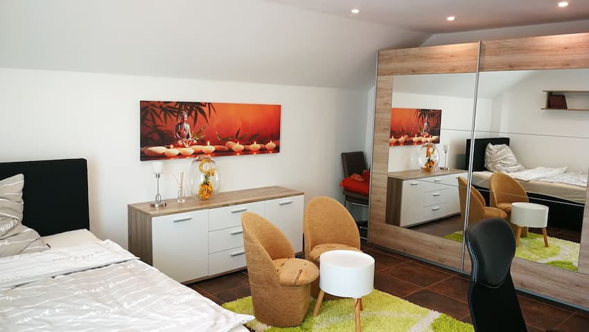 Private Messezimmer im Einfamilienhaus, WiFi, Bad