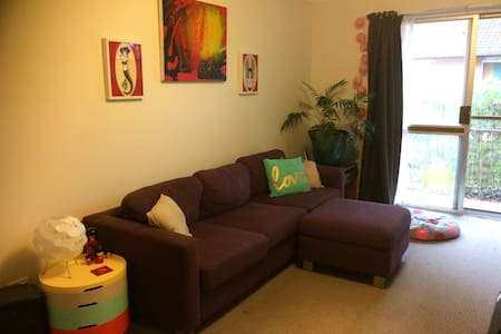 Colourful comfy home right in town - Lismore - Apartemen