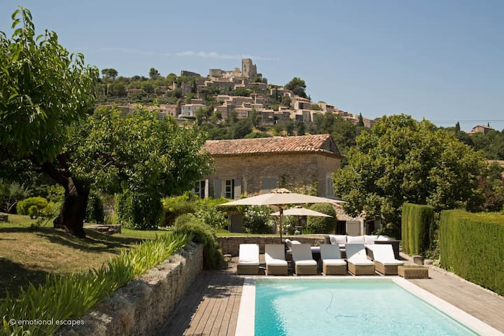 Mas des Roses-with views of Lacoste village