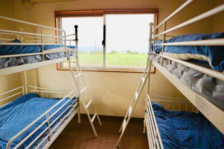 Panorama Room#3. 個室4名様まで。窓から絶景の夕陽とパノラマオーシャンビュー