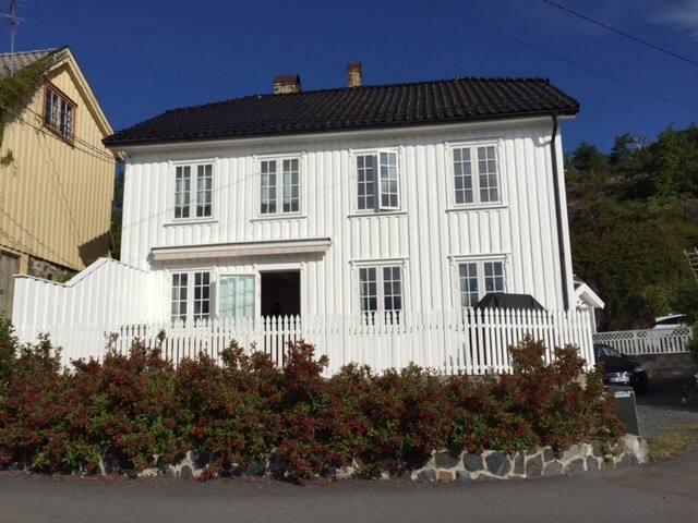 Gammelt skipperhus ved vannet - Kragerø