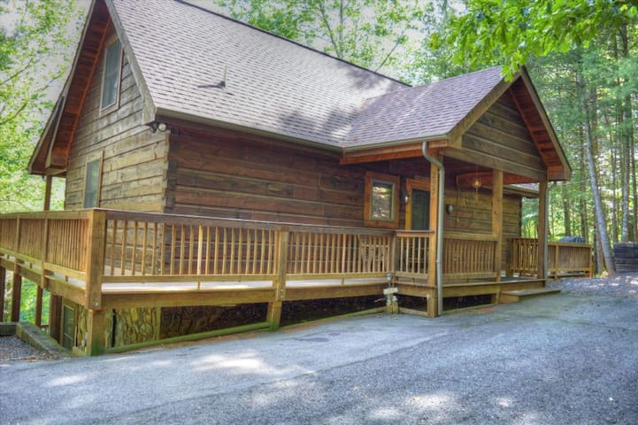 Alluring Ambiance-3 BR Great Cabin with HOT TUB, Foosball, Wi-Fi, Fire Pit, River Views