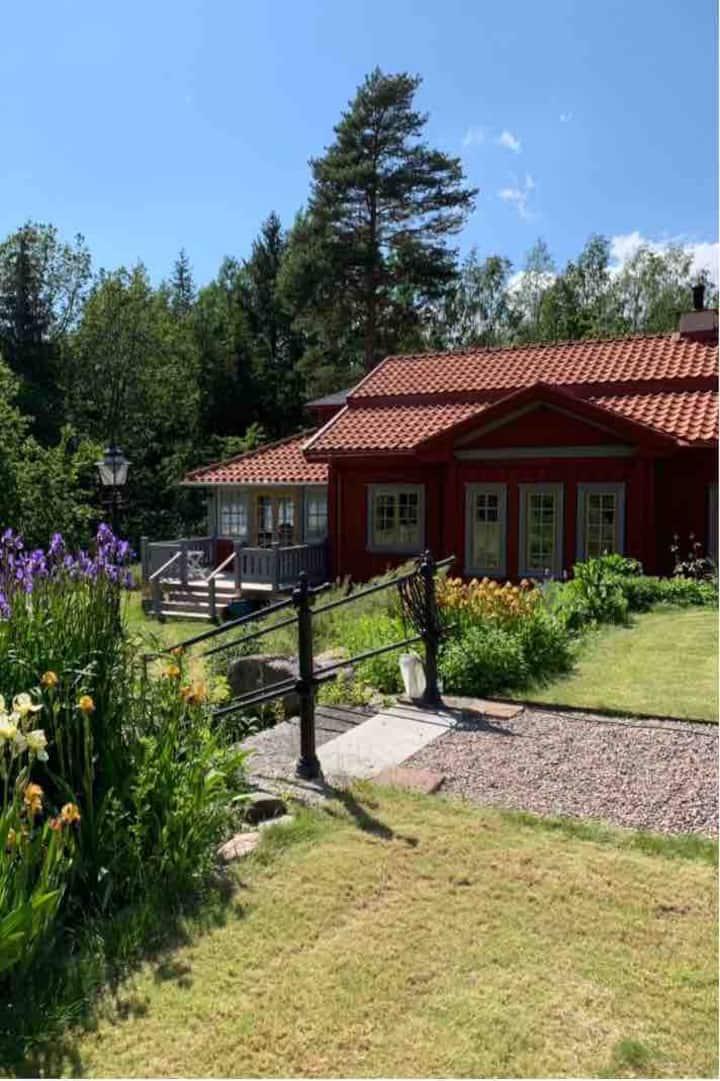 Villa Stenbacken: Nära Vättern och golfklubb