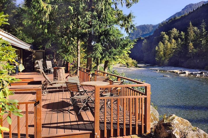 Amazing Riverfront Ranch w Hot Tub, WiFi, Huge Deck, Great for Groups!