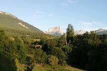 La maison avec en arrière plan le célèbre Mont Aiguille longtemps appelé Mont Inaccessible .