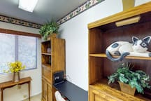 Vibrant, dog-friendly home near shopping, dining and hiking!