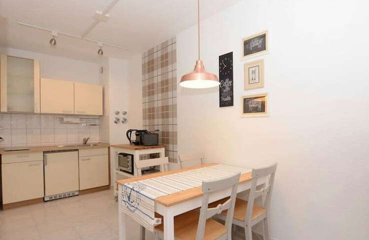 Private Room, Bath, TV, Fridge - Revin - Apartament