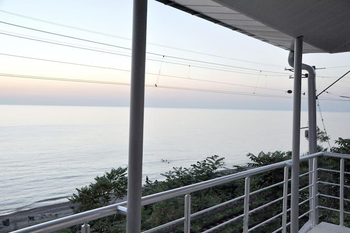 Сдаётся 3-х этажный дом от моря 20 метрах - Kobuleti - Dům pro hosty