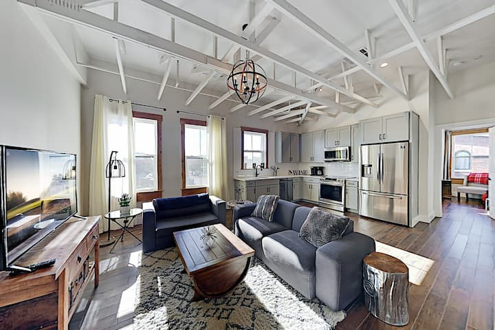 The 1865 | Stylish City-View Condo | Near Downtown