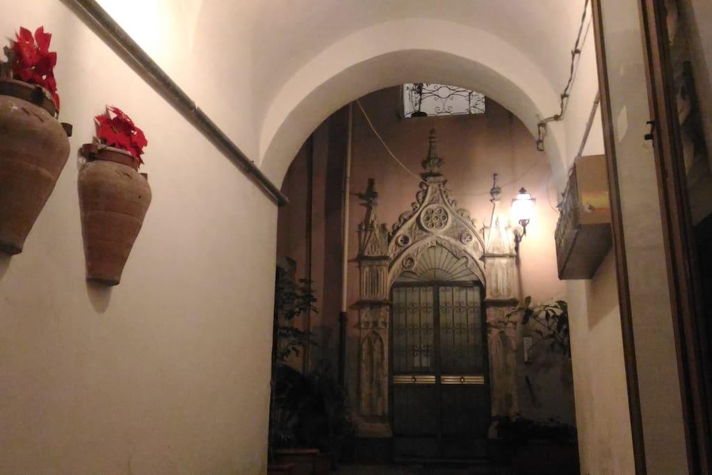 Portale antico del portone d'ingresso allo stabile
