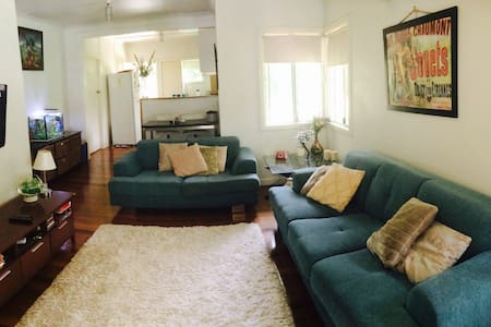 Bright double bedroom in quirky house!  At under 5km to the Brisbane city centre this house has many great features including lovely front deck and the rare opportunity of being able to see and feed Australian wildlife in your backyard. Close to Mt Cootha lookout & both Gold/Sunshine Coasts!