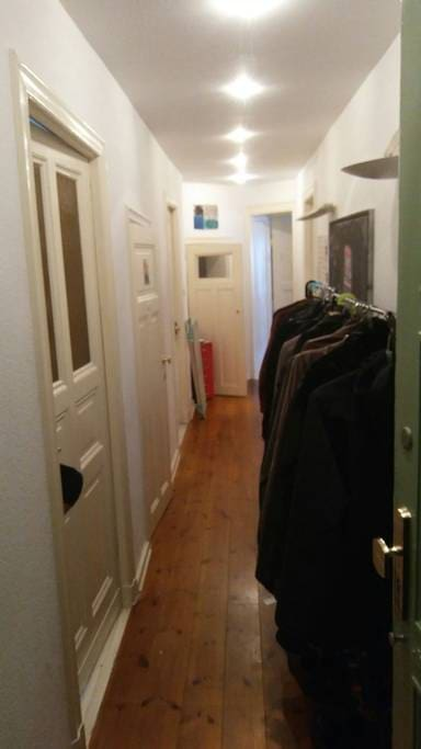 Der Flur bvzw. Eingangsbereich der zur Küche zum Bad und zu den restlichen Zimmern führt