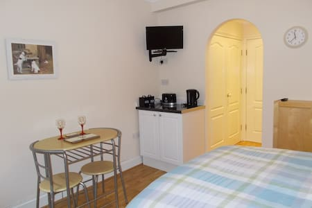Private ground floor room & en suite for 2/3