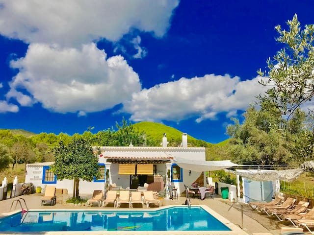 UNFORGETTABLE  CHEERFUL LOVELY COZY HOME + POOL