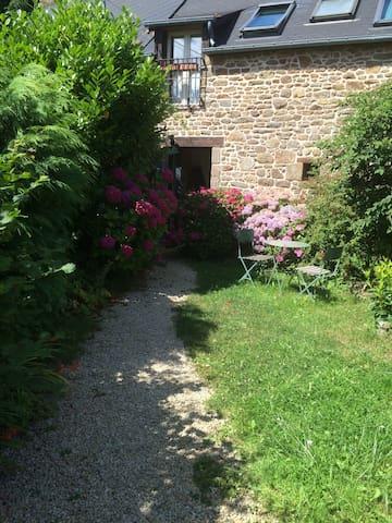 Joli gîte de charme en pleine nature, beau jardin - Le Tronchet - Rumah
