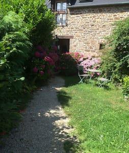 Joli gîte de charme en pleine nature, beau jardin - Le Tronchet - Haus