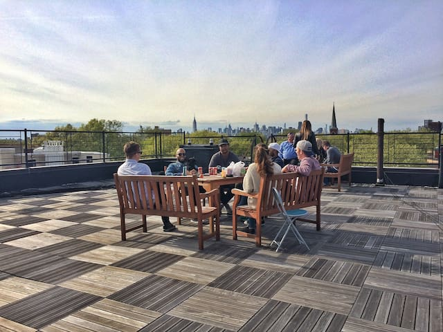 Rooftop Deck - 360 views of Manhattan and Brooklyn