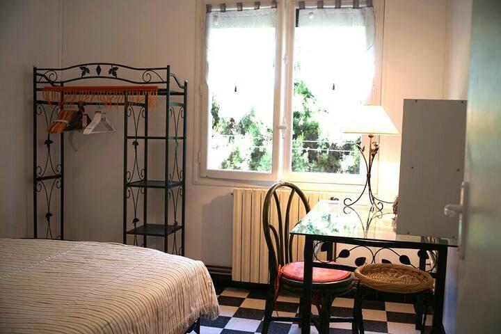 chambre 1 lit en 160, ensoleillée le matin, trés calme