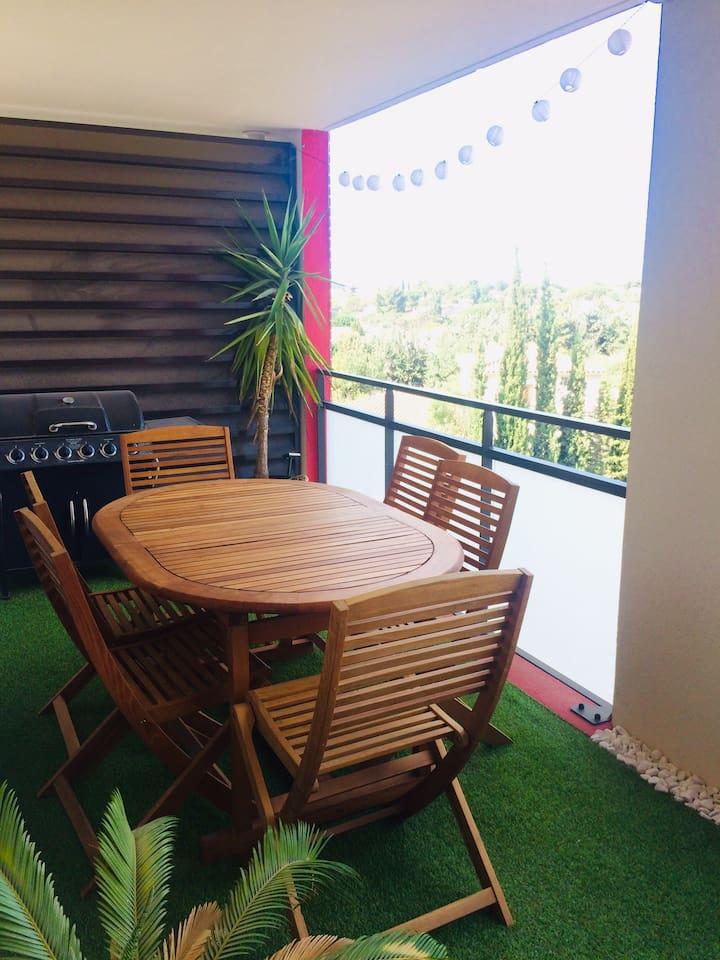 Terrasse de 16 m2 vue sur verdure et collines