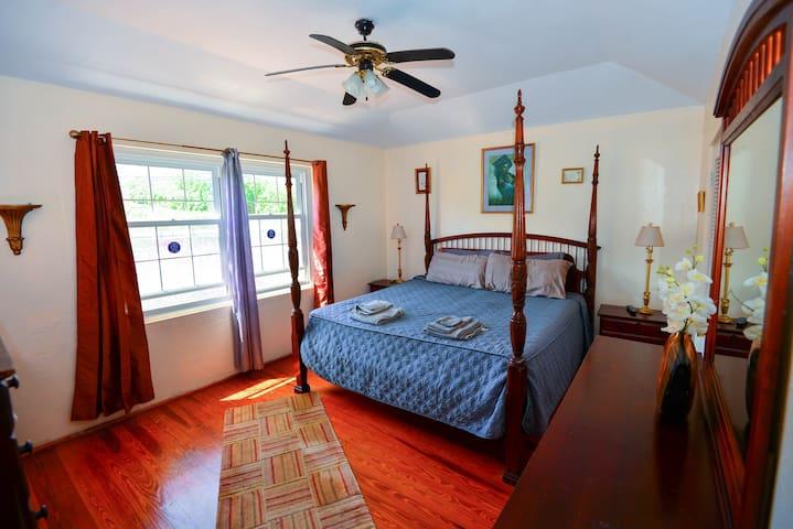 Large Master Bedroom - 4 Poster Bed!!