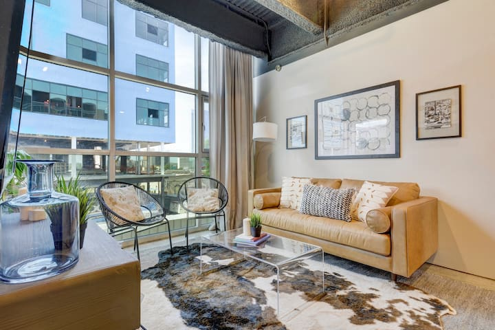 High-End 6th Street Loft | Downtown