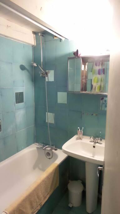 une baignoire dans la SDB en bleu
