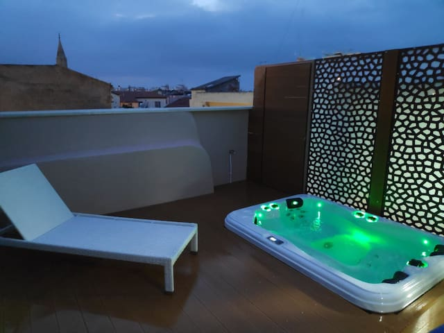 Amazing apartment with private outdoor jacuzzi!!