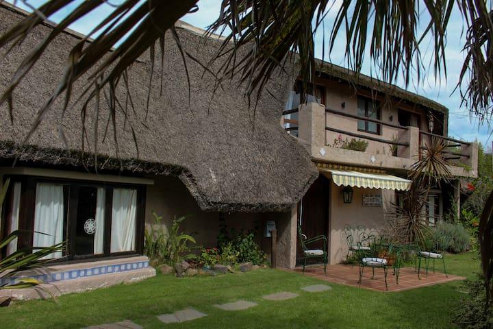 Casa en Punta del Este, a media cuadra del mar. - Punta del Este - House