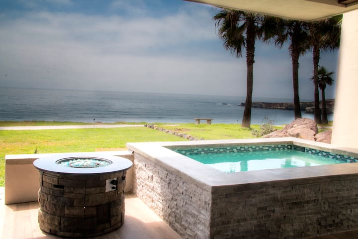 Magnificent ocean views and Beach front jacuzzi!